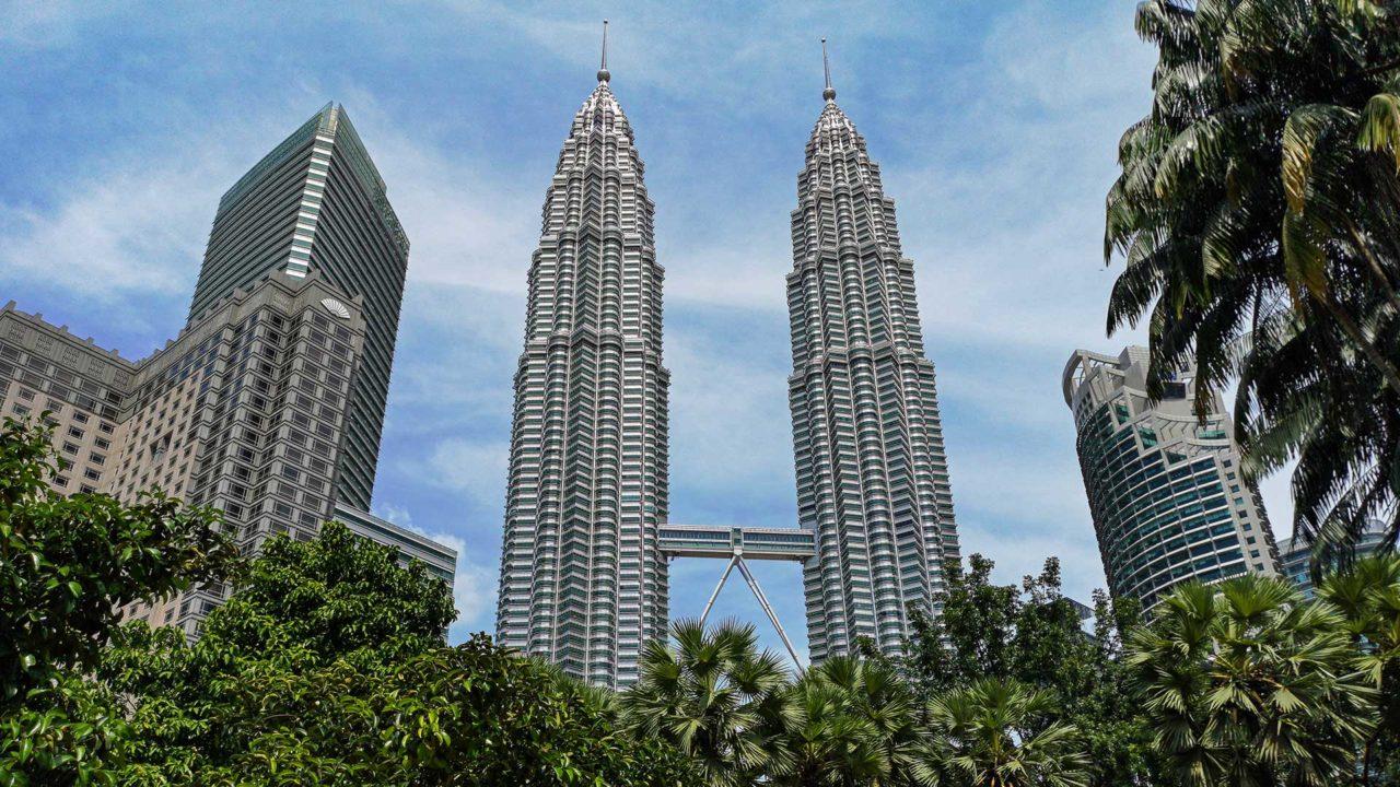 Aussicht auf die Petronas Twin Towers vom KLCC Park in Kuala Lumpur