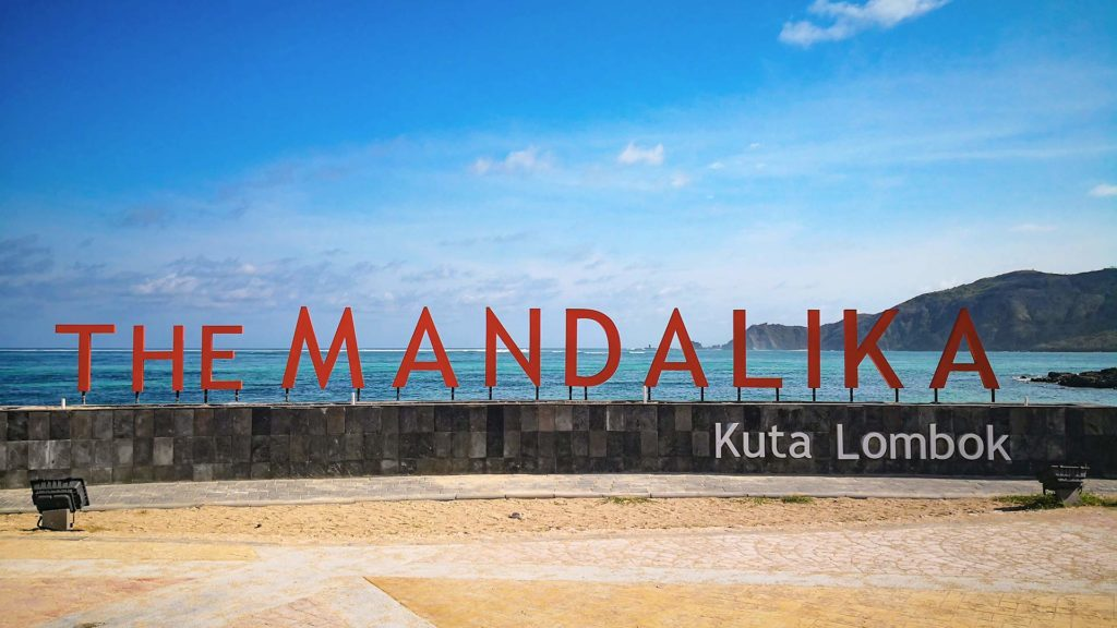 'The Mandalika Kuta Lombok' Schild am Kuta Beach
