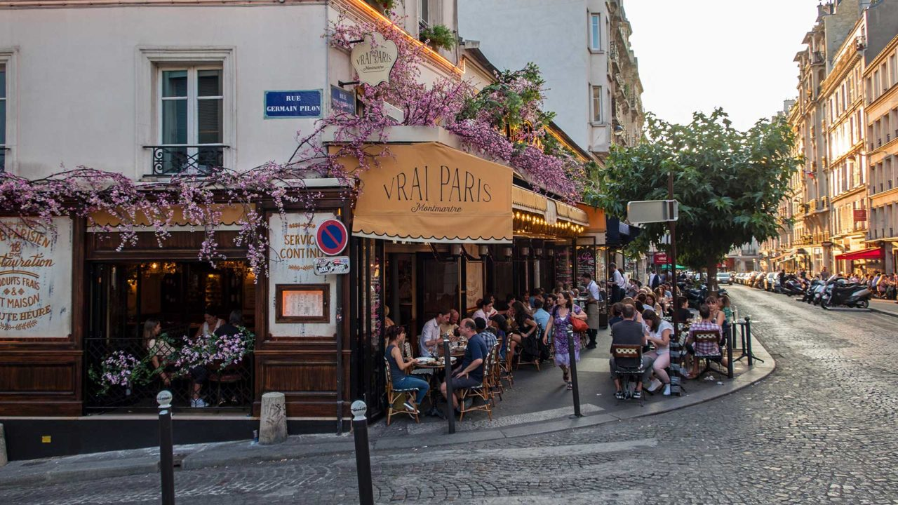Restaurant am Abend in Montmartre, Paris