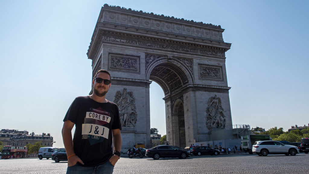 Tobi vor dem Arc de Triomphe in Paris