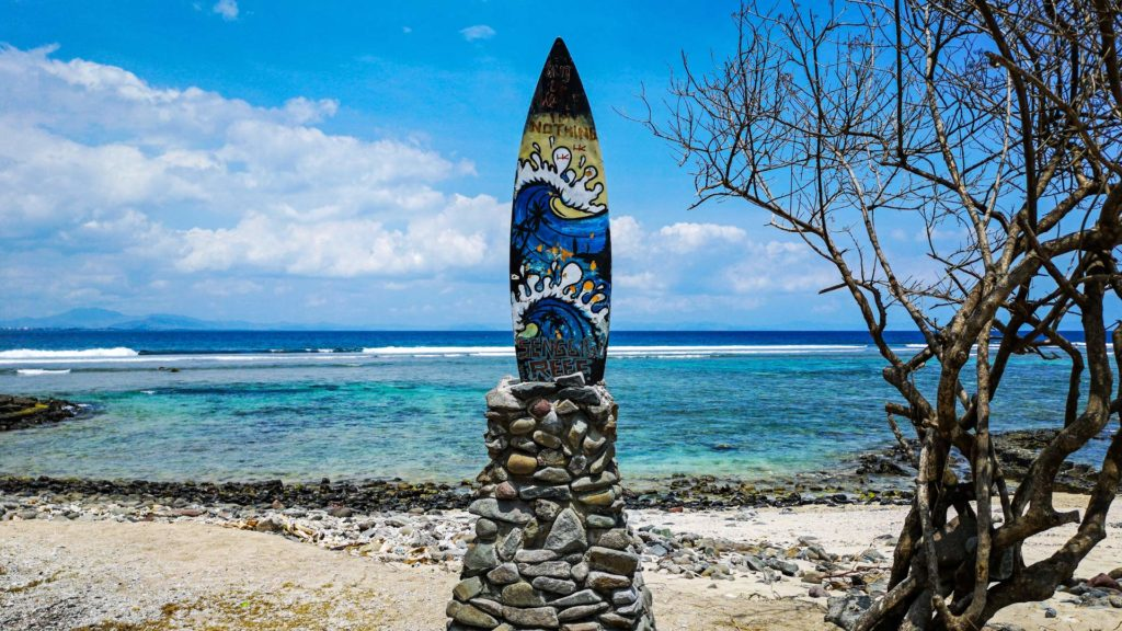 Surfbrett am Senggigi Reef am Senggigi Beach, Lombok
