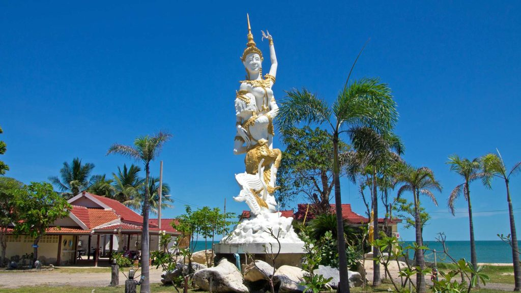 Statue der Aphai Mani Legende am Puek Tian Beach, Cha Am