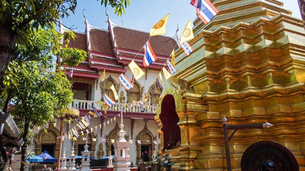 Goldene Pagode des Wat Pan On inmitten der Sunday Walking Street von Chiang Mai