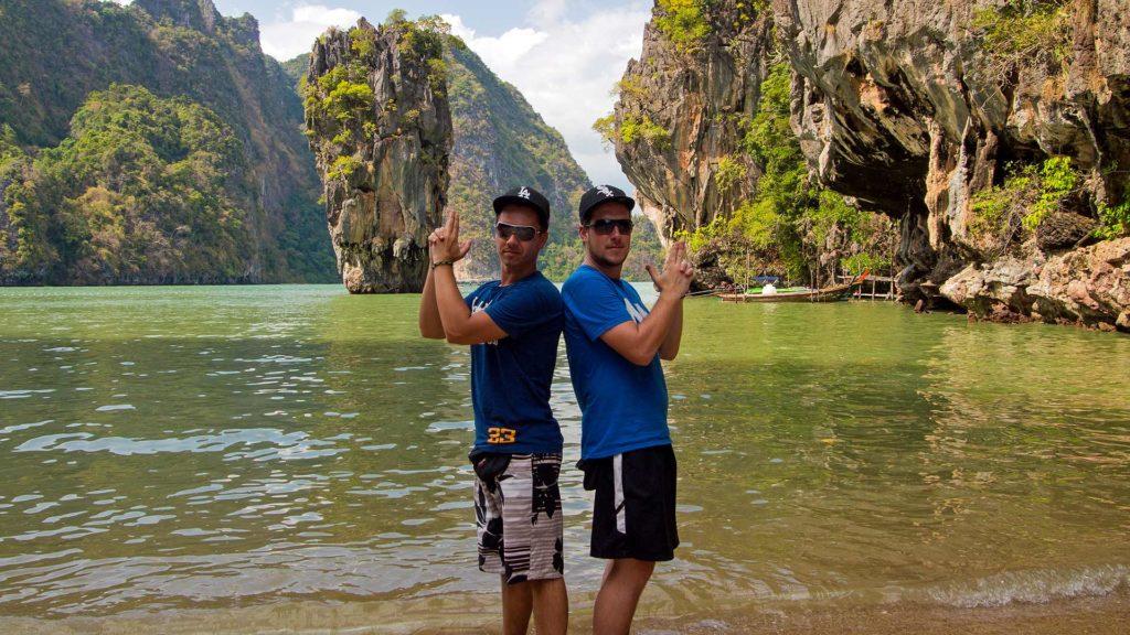 Marcel und Tobi vor dem berühmten Felsen der James Bond Island