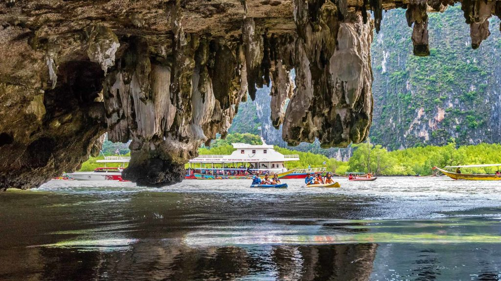 Kajaks auf der James Bond Island Tour bei Koh Thalu Ok
