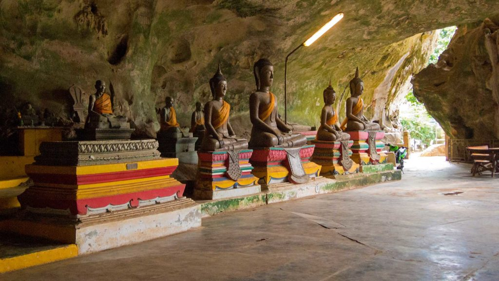 Buddha-Statuen im Tempel Wat Suwan Kuha, Phang Nga