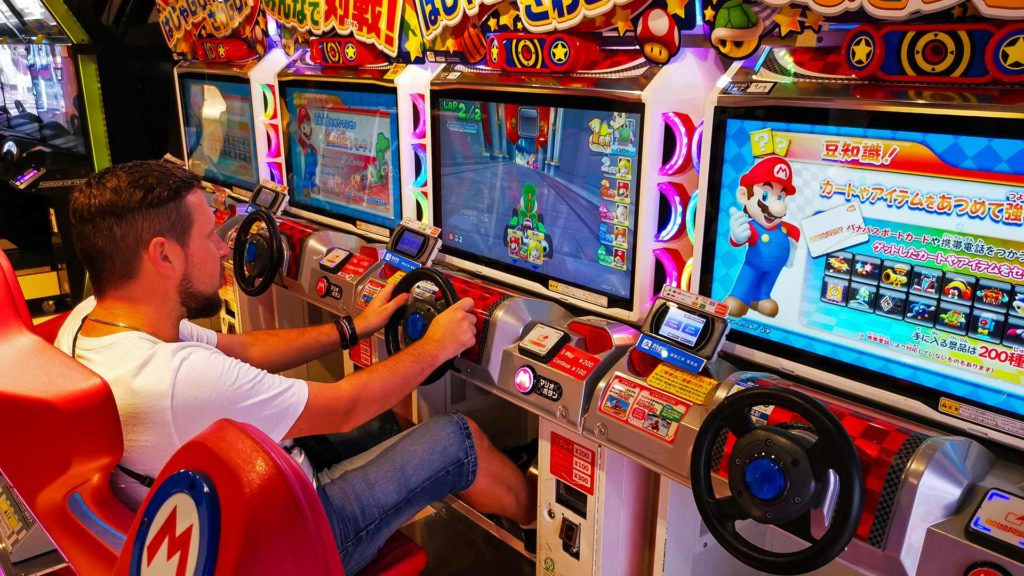 Tobi beim Mario Kart Spielen in Tokio im Sega Game Center in Shinjuku