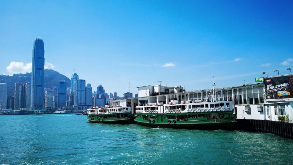 Das Star Ferry Pier in Kowloon mit der Skyline von Hong Kong Island