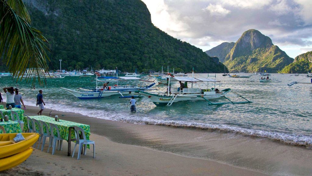 Boote und Strandrestaurants am El Nido Beach, Palawan