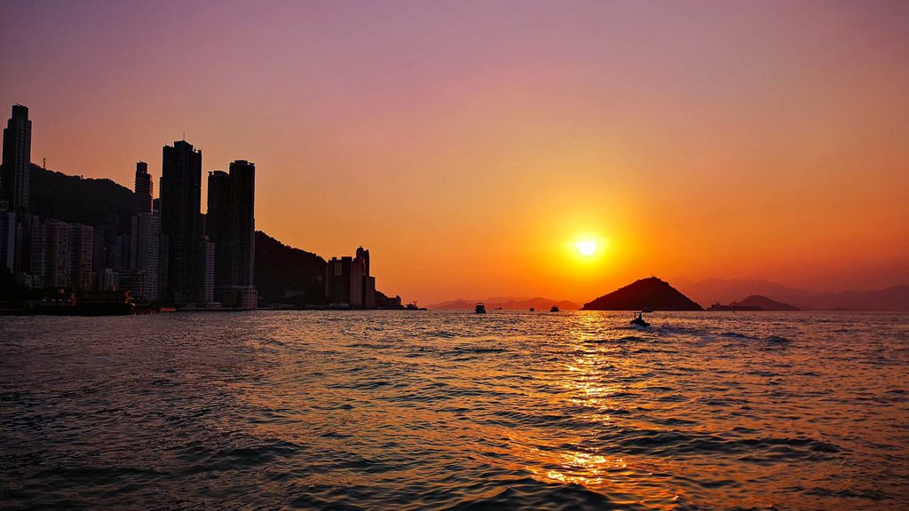 Sonnenuntergang auf Hong Kong Island am Central and Western District Pier