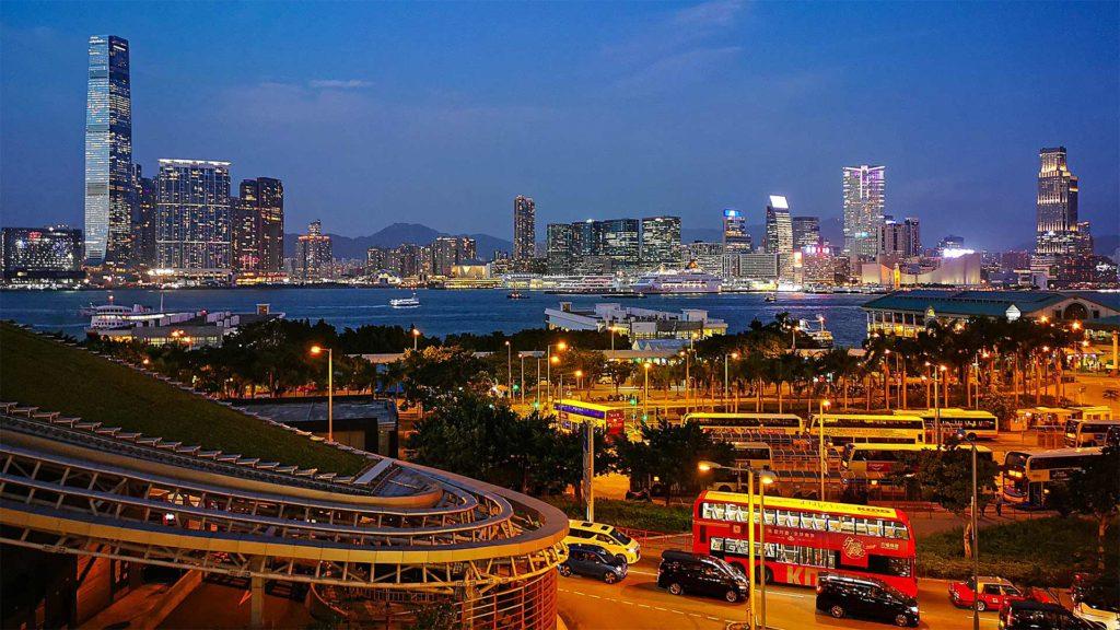 Der Ausblick des International Finance Center von Hong Kong Island nach Kowloon