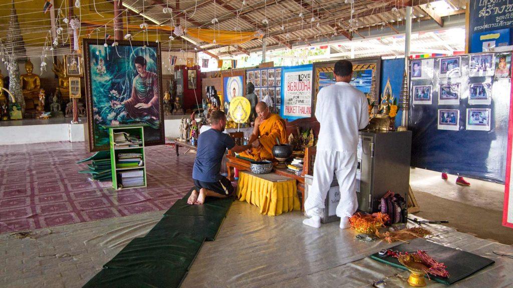Tobi und ein Mönch am Big Buddha von Phuket