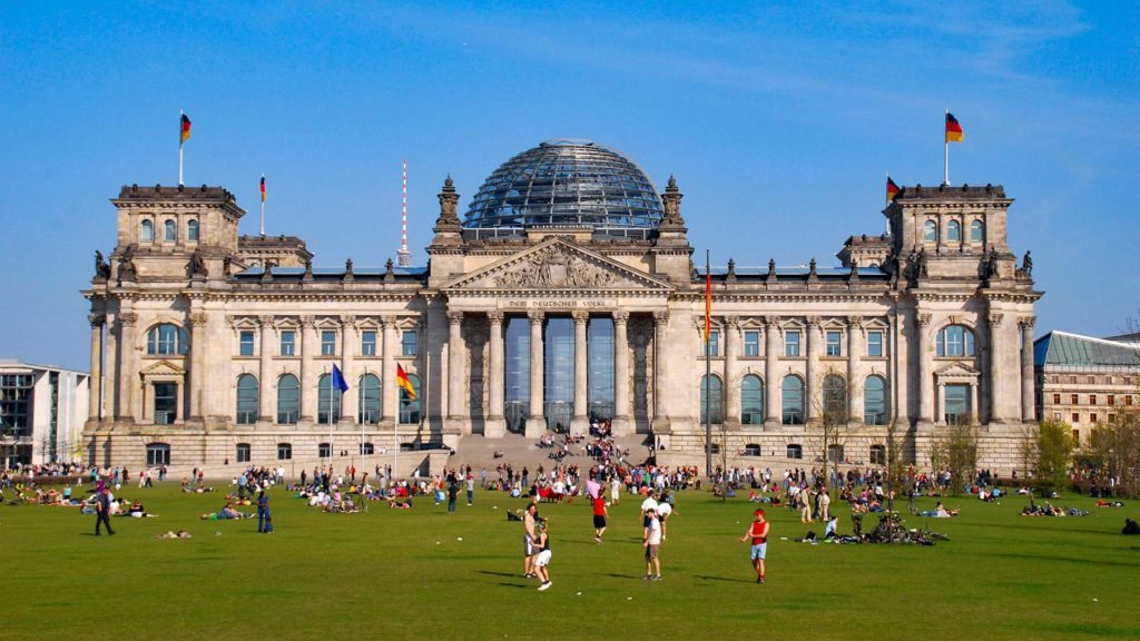 One of the most important sights in Berlin: the Reichstag building in spring/early summer