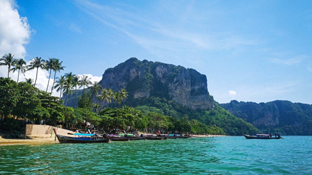 Longtailboote am Ao Nang Beach in Krabi
