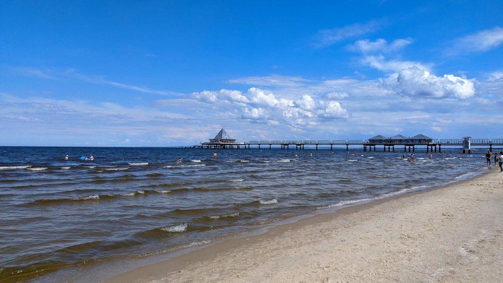 Strand auf Usedom mit Aussicht auf die Seebrücke Heringsdorf