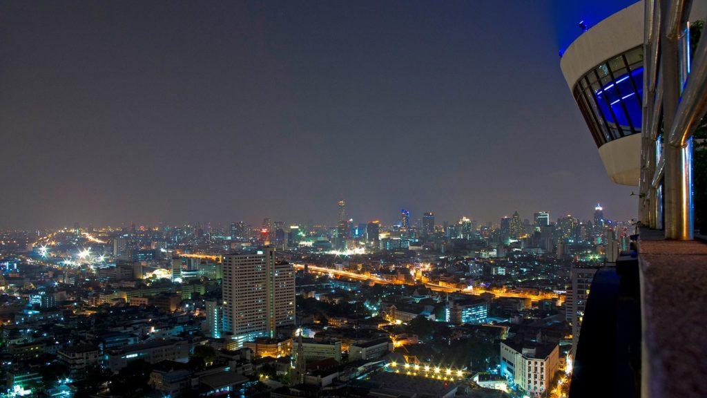 Die Three Sixty Bar und die Aussicht auf Bangkok bei Nacht